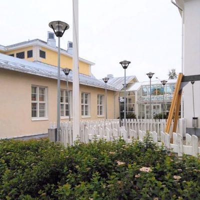 Kodisjoen kirjasto kuvattu pihalta päin.